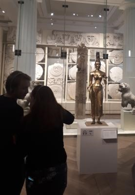 Photo of tourists looking at the statue of Tara