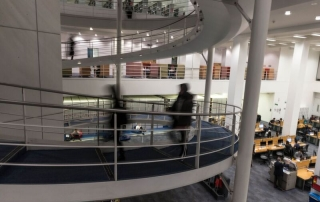 students on spiral ramp in library, credit Catarina Heeckt