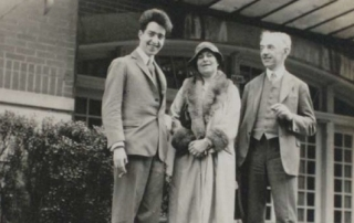 Undated photograph of Robert René Kuczynski with his wife Bertha and son Jürgen, probably in Berlin. Zentral- und Landesbibliothek Berlin.