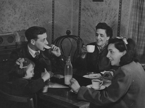 Social Survey in Stepney family group,1946. IMAGELIBRARY/21. LSE