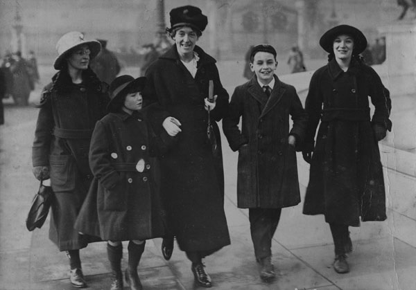 Jessy Mair and her children, 1918. IMAGELIBRARY/809. LSE